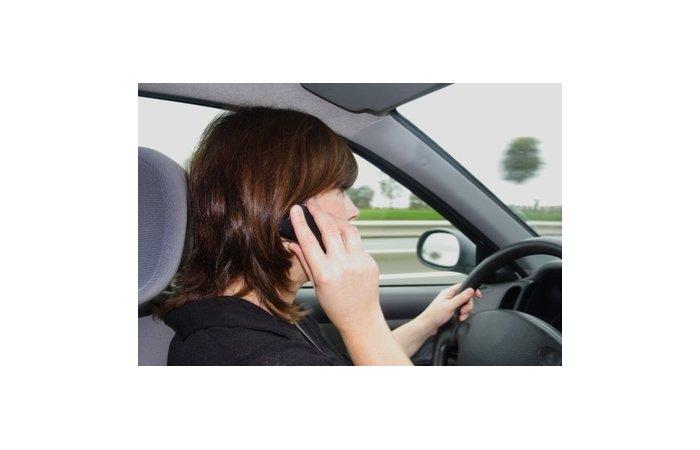 Kreative Ausrede - Autofahrer benötigte Handy als Kieferstütze
