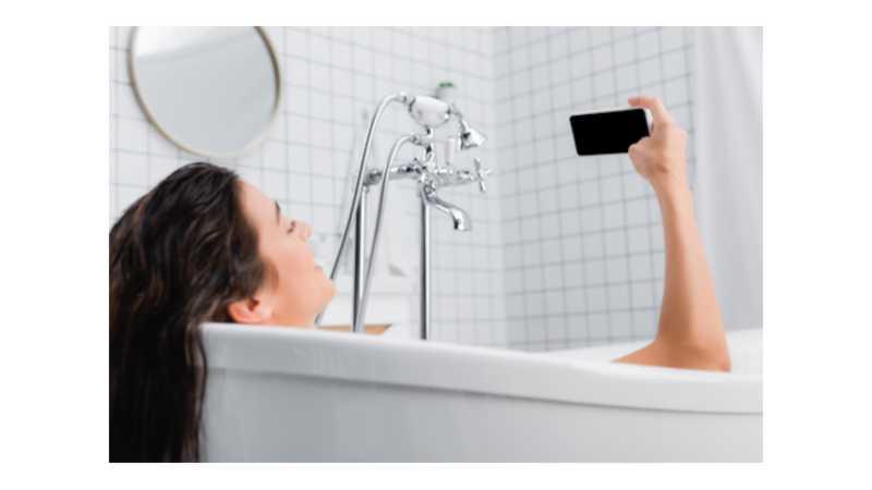 Tödlicher Unfall – Smartphone fällt in Badewanne und löst Stromschlag aus